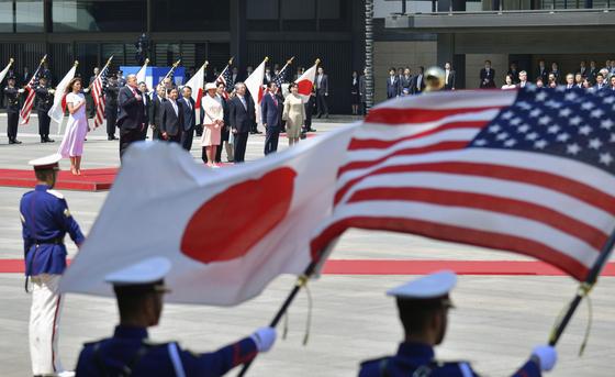 일본을 국빈 방문 중인 도널드 트럼프 미국 대통령 부부가 방문 사흘째인 27일 오전 도쿄 지요다의 왕궁 동쪽 정원에서 열린 환영식에 참석하고 있다. 트럼프 대통령 오른쪽으로 나루히토 일왕과 마사코 왕비가 서 있다. [연합뉴스]