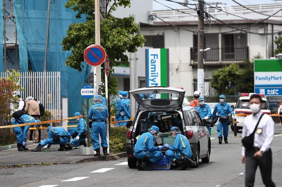 경찰 감식반원들이 28일(현지시간) 일본 가와사키 시에서 발생한 무차별 흉기 난동사건 현장을 조사하고 있다. [AFP=연합뉴스]