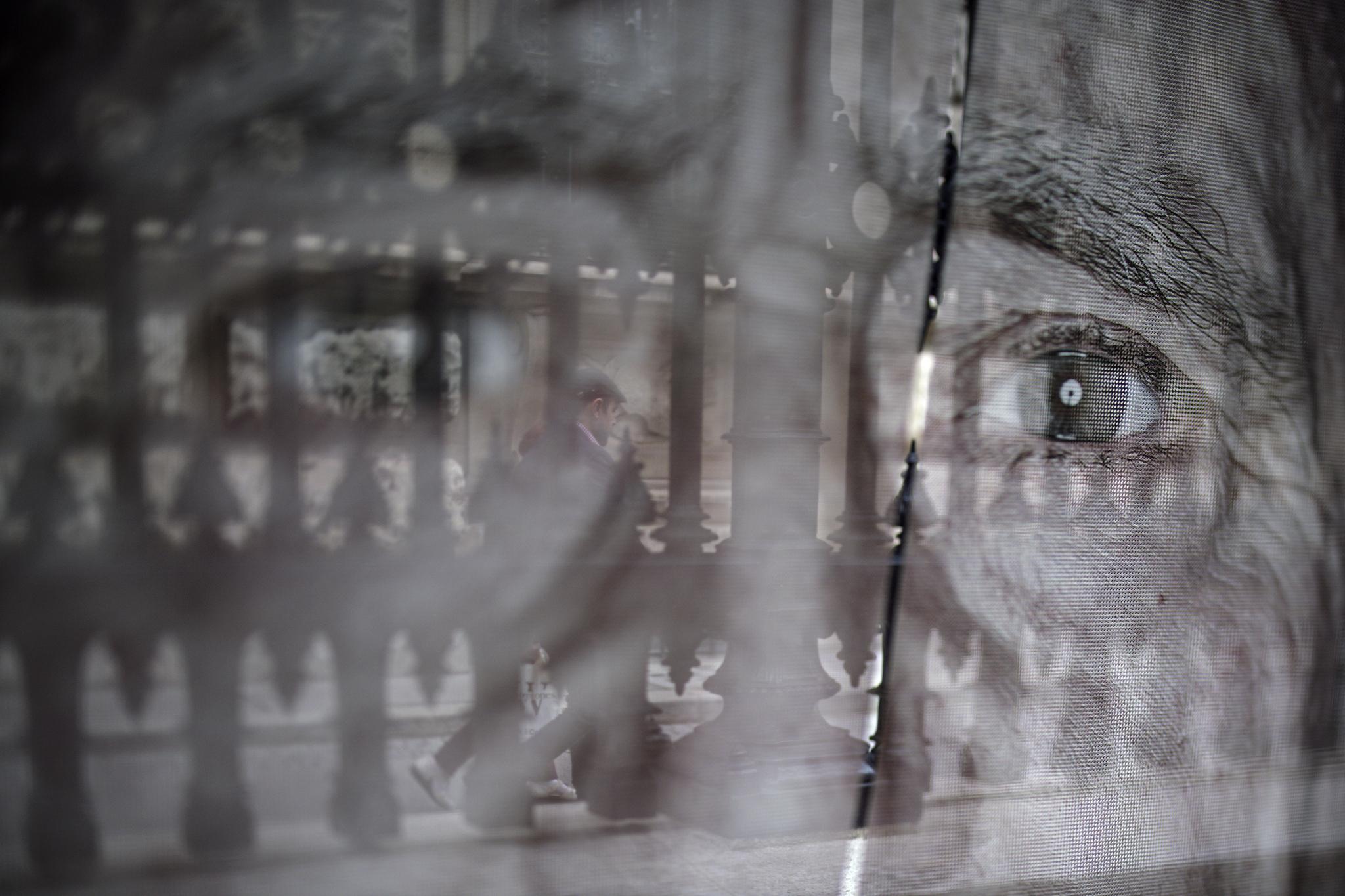 오스트리아 수도 빈에 전시된 홀로코스트(제2차 세계대전 중 나치 독일이 자행한 유대인 대학살) 생존자들의 초상화가 크게 훼손됐다. 27일(현지시간) 홀로코스트 생존자의 초상화가 세로로 길게 찢겨있다. [로이터=연합뉴스]