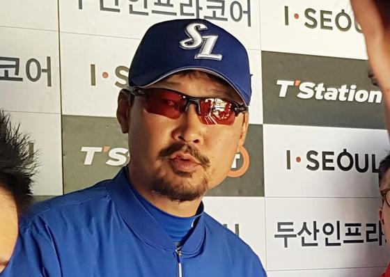 김한수 삼성 감독이 28일 잠실 두산전에 앞서 취재진과 이야기 하고 있다. [연합뉴스]