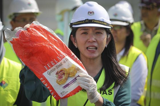 말레이시아 여비인 에너지·과학기술·환경·기후변화부 장관이 28일(현지시간) 쿠알라룸푸르 외곽 클랑 항에서 프라스틱 쓰레기 샘플을 들어보이고 있다. [AP=연합뉴스]