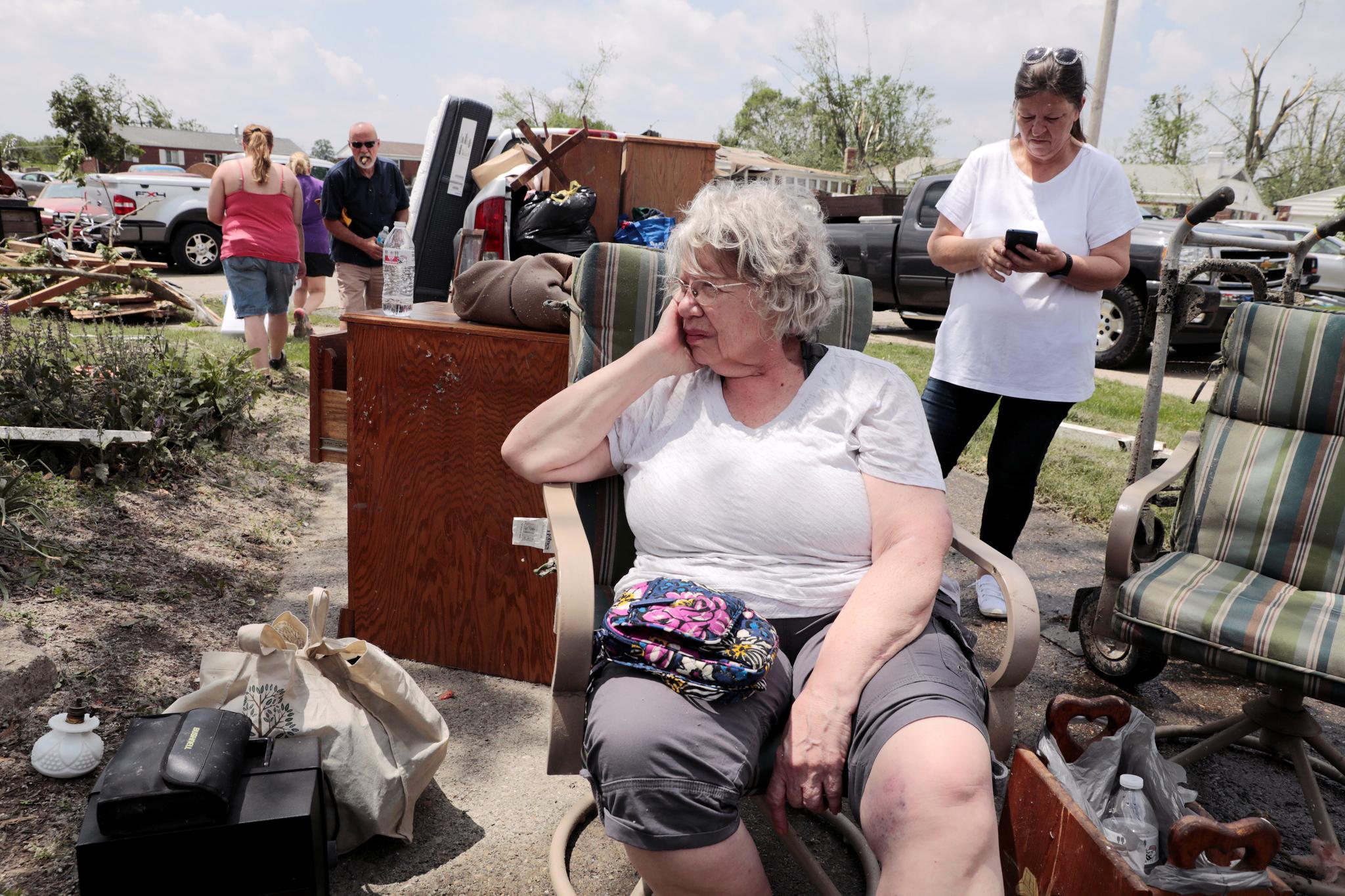 28일(현지시간) 미 오하이오주 데이턴 지역에 발생한 토네이도로 집이 파손된 가운데 한 주민이 생각에 잠겨 있다. [로이터=연합뉴스]