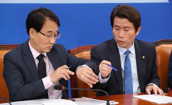 더불어민주당 원내대책회의가 21일 국회에서 열렸다. 이인영 원내대표(오른쪽)가 이원욱 원내수석부대표와 이야기하고 있다. 오종택 기자