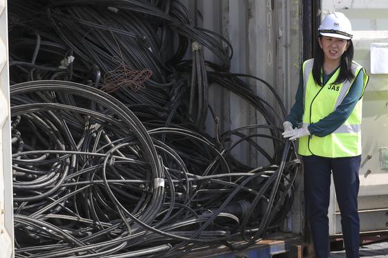 말레이시아 여비인 에너지·과학기술·환경·기후변화부 장관이 28일(현지시간) 쿠알라룸푸르 외곽 클랑 항에서 영국에서 들어온 프라스틱 쓰레기에 대해 설명하고 있다. [AP=연합뉴스]