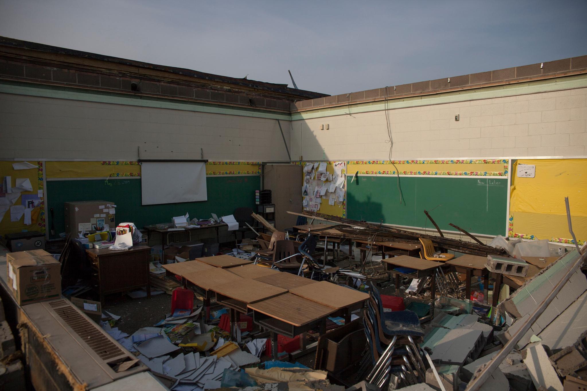 28일(현지시간) 미 오하이오주 데이턴 지역의 한 학교가 토네이도로 지붕이 날아가 처참한 모습을 하고 있다. [AFP=연합뉴스]
