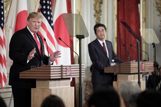 트럼프 미국 대통령과 아베 일본 총리가 27일 회담 뒤 기자회견을 하고 있다 [AP=연합뉴스]
