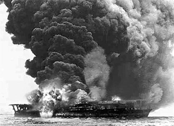 일본제국의 항공모함 가가함은 1942년 6월 미드웨이 해전에서 미군의 급강하 폭격기 공격으로 격침됐다.