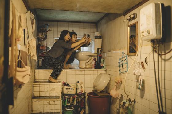 '기생충'에서 사진은 기택(송강호)네 반지하, 아래 사진은 박사장(이선균)네 대저택. 이 영화는 두 가족의 극단적으로 다른 처지를 말보다 공간으로 확실하게 보여준다. [사진 CJ엔터테인먼트]