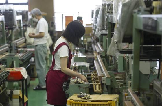 일본 이시카와현 가나자와시의 한 중소기업에서 직원들이 작업을 하고 있다. [EPA=연합뉴스]