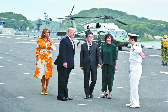 도널드 트럼프 미국 대통령이 28일 미국 대통령으로는 처음으로 일본 해상자위대 호위함에 승선했다. 트럼프 대통령과 부인 멜라니아 여사(왼쪽)가 아베 신조 일본 총리 내외와 함께 가나가와현 요코스카 기지에서 이즈모급 호위함 '가가'에 도착해 일본 장교의 안내를 받고 있다. [AFP=연합뉴스]