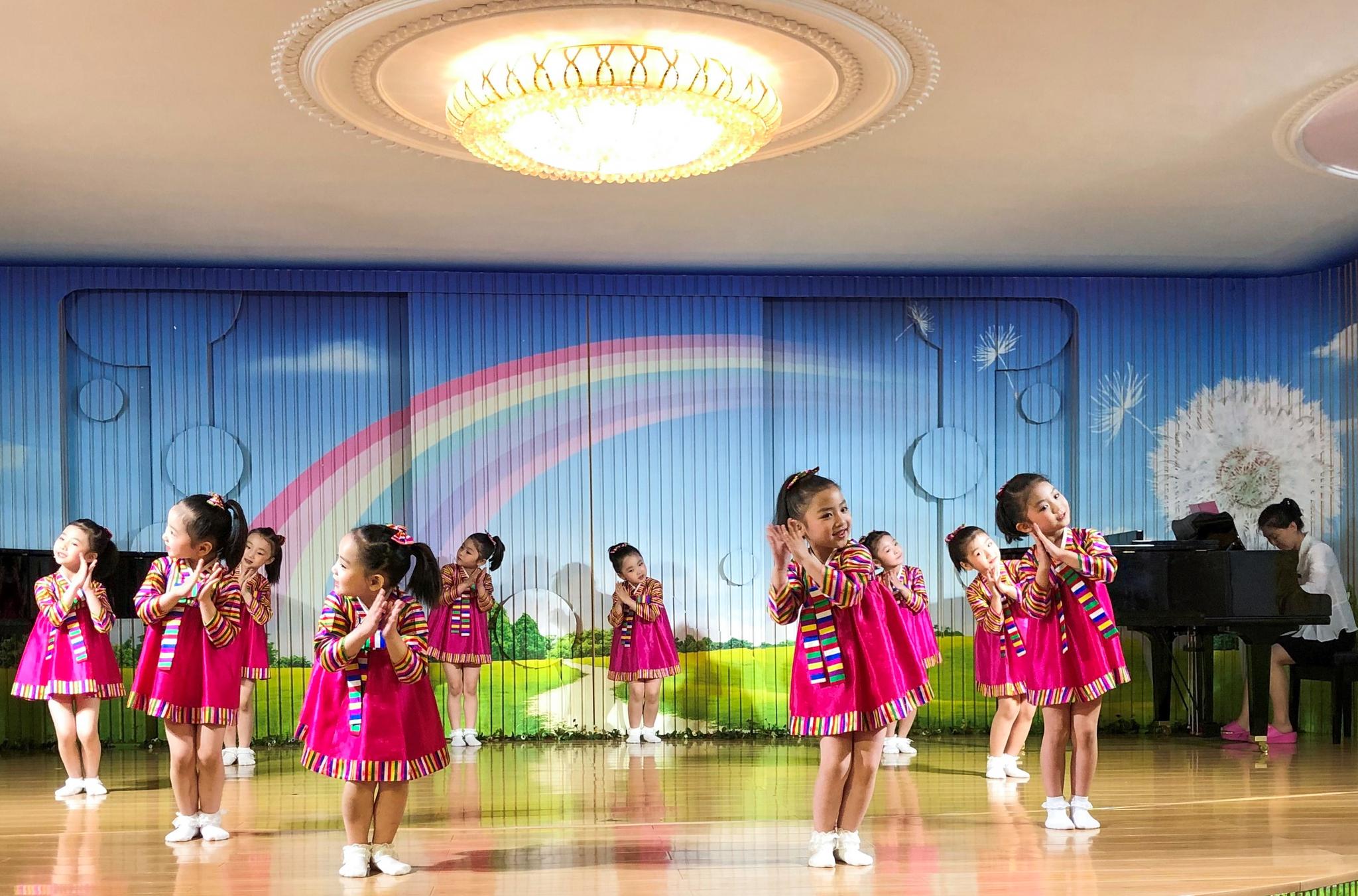 북한 평양 어린이들이 지난 7일 유치원에서 무용 공연을 하고 있다. [타스=연합뉴스]