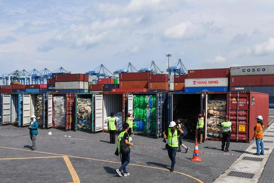 말레이시아 관리들이 28일(현지시간) 클랑항에서 플라스틱 쓰레기 컨테이너를 조사하고 있다. [AFP=연합뉴스]