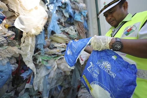 말레이시아 관리가 28일(현지시간) 클랑항에서 플라스틱 쓰레기 컨테이너를 조사하고 있다. [AP=연합뉴스]