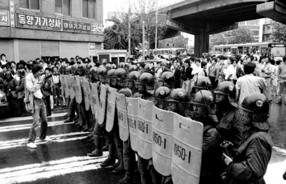 광주 시민들이 진압경찰과 대치중이다.