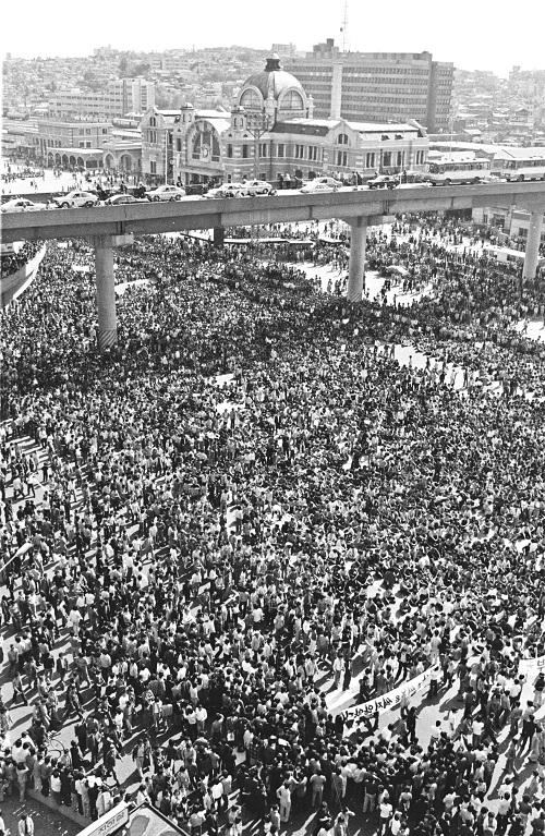 1980년 5월 15일 서울역 앞에 집결한 대학생들은 이날 해산을 결정했다. '서울역 회군'으로 불린다. 뉴시스
