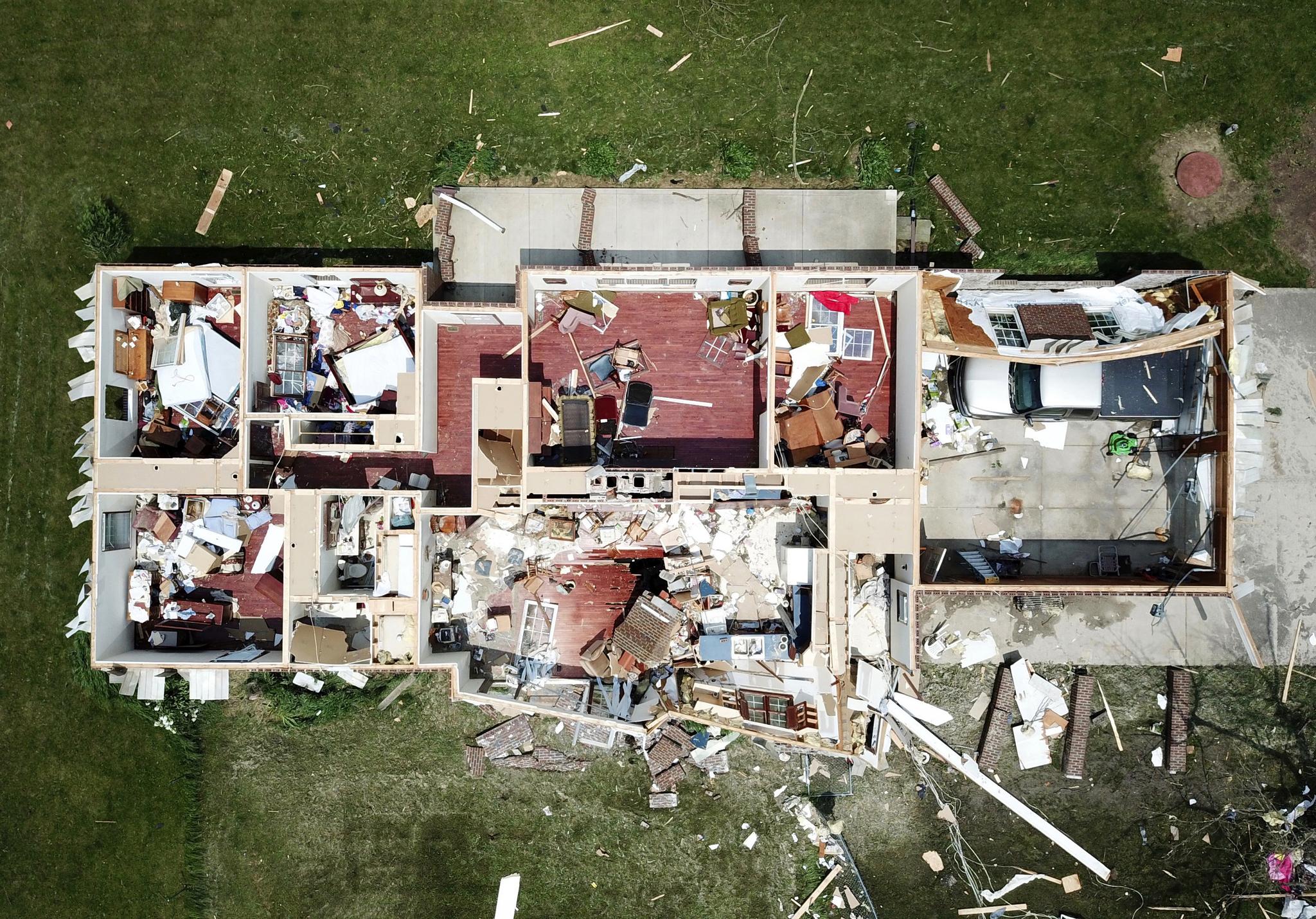 28일(현지시간) 미 오하이오주 셀리나 지역의 한 주택이 토네이도가 지나간 뒤 지붕이 날가가 처참한 모습을 하고 있다. [AP=연합뉴스]