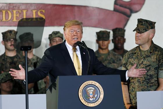 도널드 트럼프 미국 대통령이 방일 기간인 지난 28일 주일 미군 요코스카기지에 정박된 강습상륙함(USS Wasp)을 방문해 연설을 하고 있다. [AP=연합뉴스]