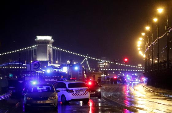 29일(현지시간) 헝가리 부다페스트 다뉴브강에서 유람선이 전복되는 사고가 발생했다. [로이터=연합뉴스]