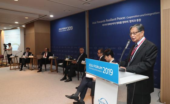 제14회 제주포럼이 제주도 서귀포시 제주국제컨벤션센터(ICC)에서 열렸다. 이튿날인 30일 '신남방 정책, 지난 2년의 성과와 과제: 외교안보적 측면' 세션에서 쪼띤쉐 미얀마 국가고문실 장관이 기조발언을 하고 있다. 왼쪽부터 서정인 2019 한-아세안 특별정상회의 준비기획단장, 빌라하리 카우시칸 전 싱가포르 외교부 사무차관, 시브산카르 메논 전 인도 국가안보보좌관, 마티 나탈레가와 전 인도네시아 외교부 장관, 박재경 신남방특별위원회 기획조정팀 심의관, 쪼띤쉐 미얀마 국가고문실 장관. 우상조 기자