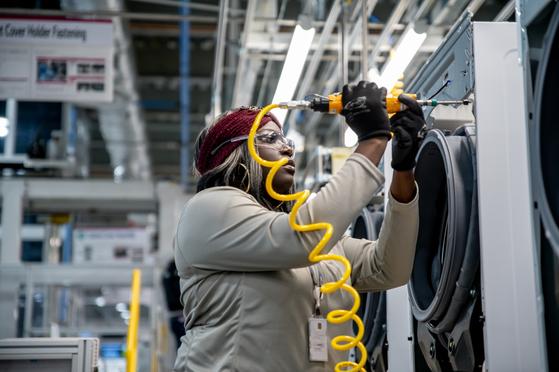 LG전자가 30일 미국 테네시주에 준공한 세탁기 공장에서 한 근로자가 드럼 세탁기를 조립하고 있다.[사진 LG전자]