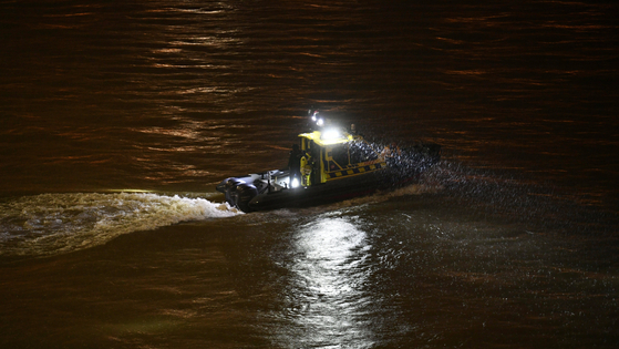 헝가리 부다페스트 다뉴브강의 유람선 침몰 사고 현장. [AP=연합뉴스]