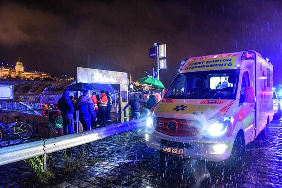 29일 헝가리 부다페스트 다뉴브강에서 발생한 유람선 침몰사고 구조자들을 이송하기 위해 현지에 도착한 구급차. [AFP=연합뉴스]