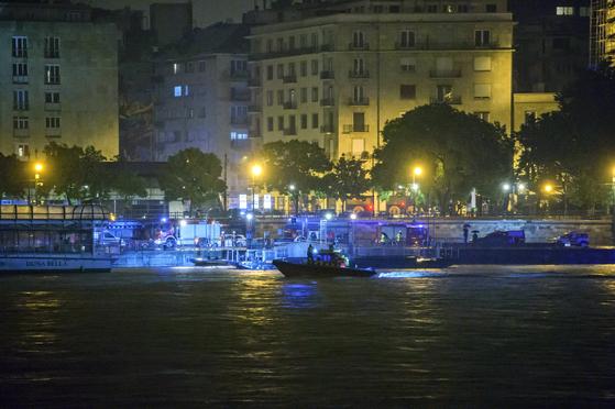헝가리 부다페스트 다뉴브강(도나우강)에서 29일(현지시간) 한국인 관광객 30명과 가이드 3명 등 총 35명이 탄 유람선 '하블라니호'가 침몰했다. [EPA=연합뉴스]