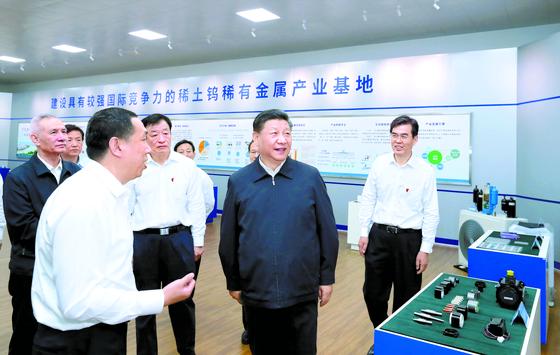 중국 당국이 28일 희토류 수출 통제 카드를 공식 거론했다. 시진핑 주석(오른쪽 둘째)이 지난 20일 중부 장시성 간저우의 희토류 생산 공장을 방문한 모습. 간저우는 중국 공산당 대장정의 출발지점이기도 하다. 시 주석은 희토류를 '중요한 전략적 자원'이라고 강조했다. [신화=연합뉴스]