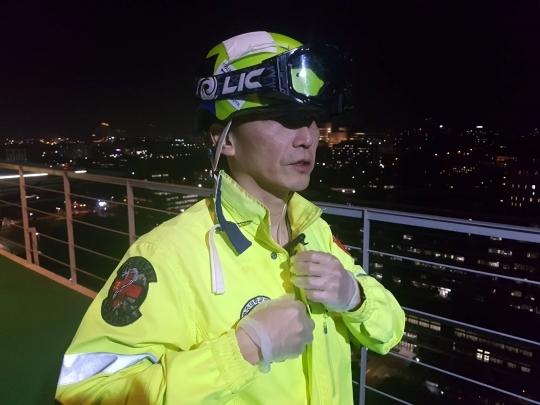 이국종 아주대병원 권역외상센터장이 환자 이송을 위해 옥상에서 헬기를 기다리는 모습. [중앙포토]