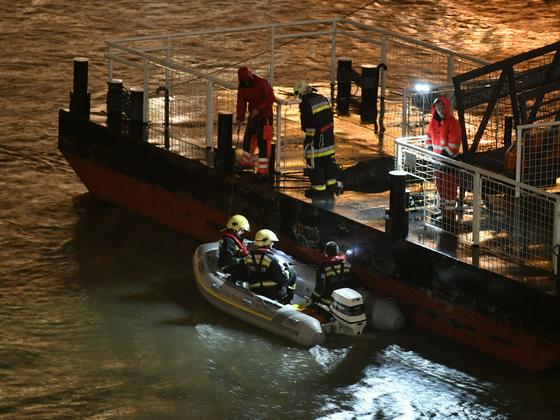 30일(현지시간) 헝가리 부다페스트 국회의사당 부근 다뉴브 강의 유람선 침몰 현장에서 구조작업이 진행되고 았다.[AP=연합뉴스]