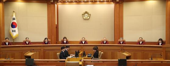 헌법재판소는 변호사가 범죄로 금고 이상 형의 집행유예를 선고받을 경우 일정 기간 변호사 활동을 할 수 없도록 한 것은 위헌이 아니라고 판단했다. [연합뉴스]