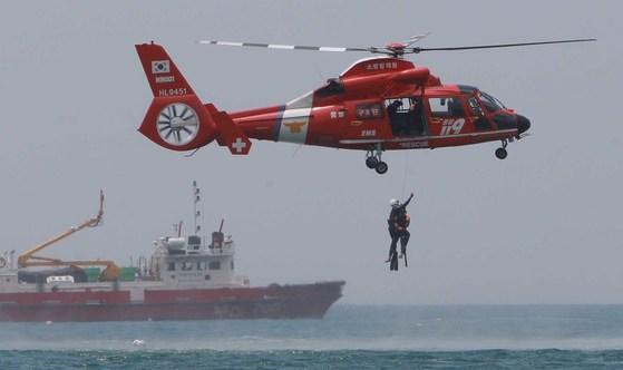 소방청 수상구조대원들이 부산 해운대 해수욕장에서 인명구조 시범을 펼치고 있다. [중앙포토]
