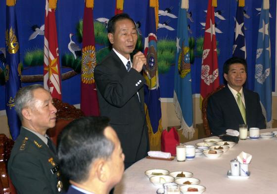 2003년 계룡대에서 조영길 당시 국방부장관이 노무현 전 대통령(오른쪽) 옆에서 인사말을 하고 있다. [중앙포토]