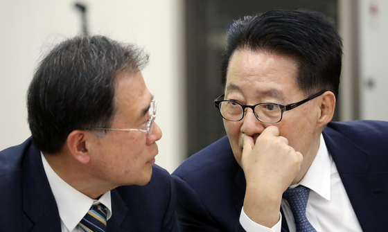 박지원 민주평화당 의원과 윤영일 의원이 2일 서울 여의도 국회에서 열린 의원총회에서 대화를 하고 있다. [뉴스1]