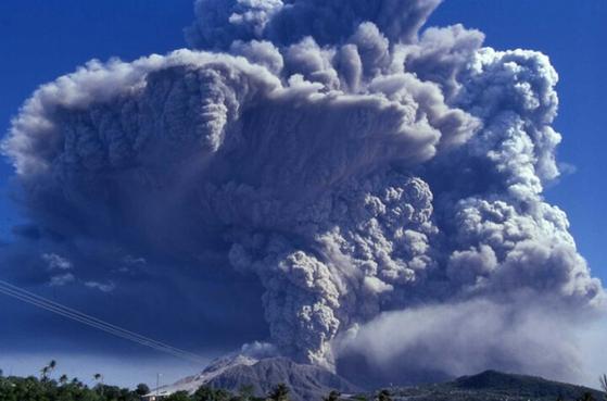 946년 최후의 폭발을 일으킨 백두산은 당시 일본 홋카이도에 5cm 두께의 화산재를 쌓을 만큼 폭발력이 강했다. 최근 백두산 지면이 최고 7cm까지 부풀어 오르는 등 재분화 가능성이 제기되고 있다. [중앙포토]