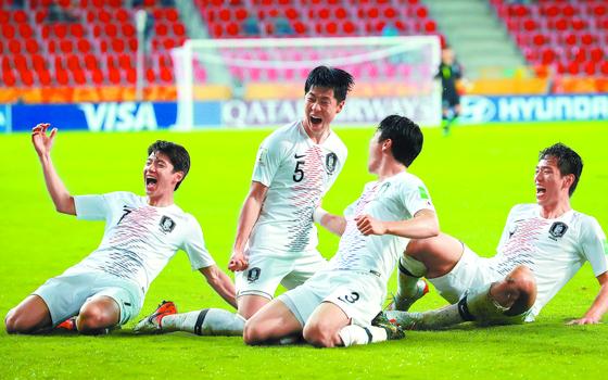 남아공전에서 결승골을 터뜨린 김현우(왼쪽 둘째)가 동료들과 함께 기뻐하고 있다. [연합뉴스]