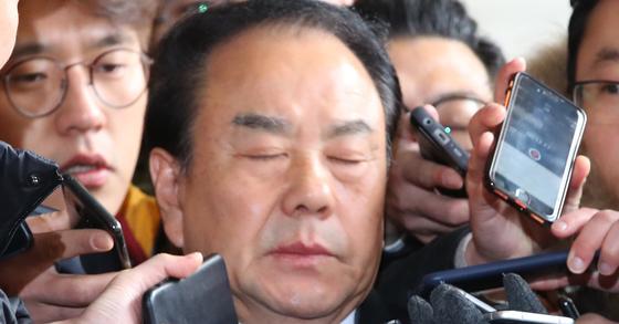 불법 정치자금 수수 혐의를 받는 자유한국당 이우현 의원이 2017년 검찰에 출석하는 모습. [연합뉴스]