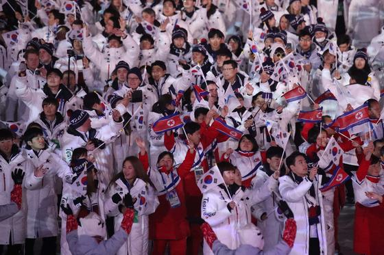 2018 평창 동계올림픽 폐회식에서 남북한 선수단이 입장하고 있다. [중앙포토]
