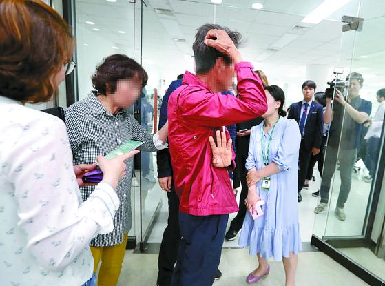 헝가리 유람선 침몰사고 여행객의 가족이 30일 서울 중구 '참좋은여행'을 찾아와 구조 상황을 묻고 있다. [최승식 기자]