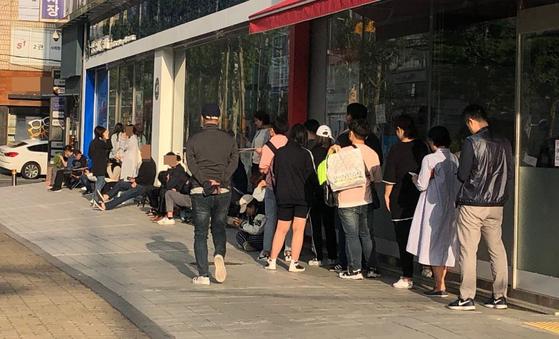 26일 오전 7시 서울 강남구 대치동 A학원 건물 앞에는 자녀를 좋은 자리에 앉히려는 학부모들의 줄이 길게 늘어서 있다. 건물 2층에서부터 줄을 선 사람까지 합하면 100여명 정도가 된다. 전민희 기자