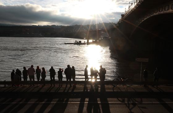한국인 관광객들이 탑승한 유람선 '허블레아니'가 침몰한 헝가리 부다페스트 다뉴브강 머르기트 다리 앞에서 30일 저녁 현지 주민들이 사고 현장을 바라보고 있다. [연합뉴스]