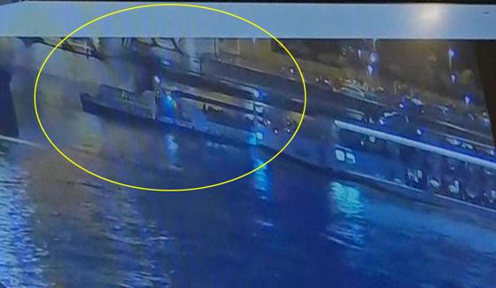 헝가리 부다페스트 다뉴브강에서 한국인 관광객 33명이 탑승한 유람선이 침몰하는 사고 당시 영상이 공개됐다. [연합뉴스]