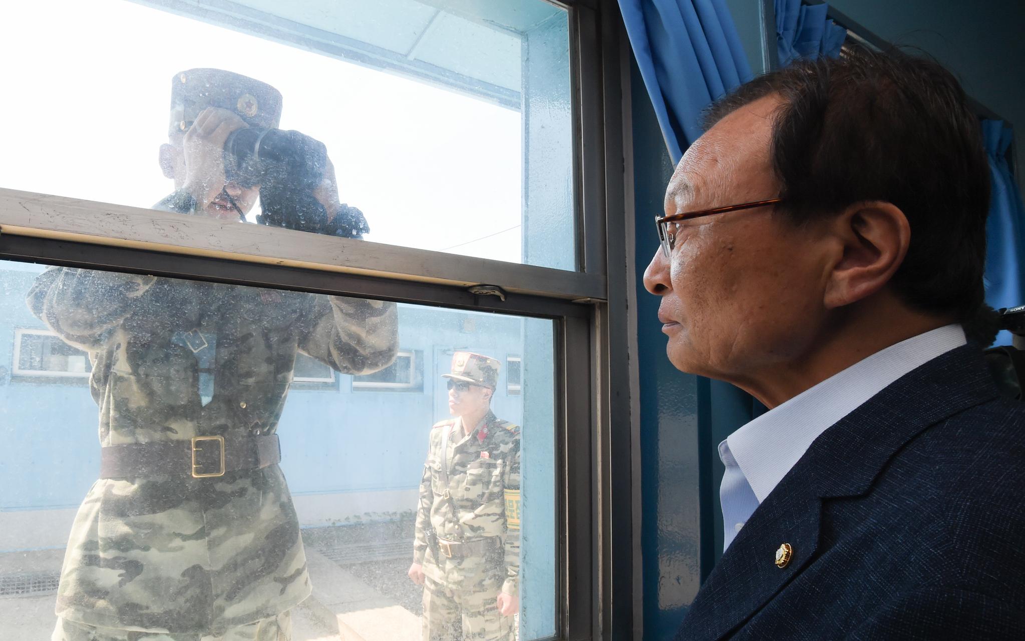 이해찬 더불어민주당 대표가 31일 오전 경기도 파주시 판문점에서 최고위원회의를 시작하기 앞서 T2회담장을 둘러보는 도중 망원경으로 내부를 들여다보는 북한군을 보고있다.국회사진기자단