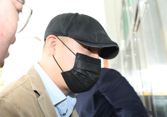 이성현 버닝썬 공동대표가 지난 4월 17일 오후 서울 중랑구 지능범죄수사대에서 피의자 신분으로 조사를 받기 위해 출석하고 있다. [뉴스1]