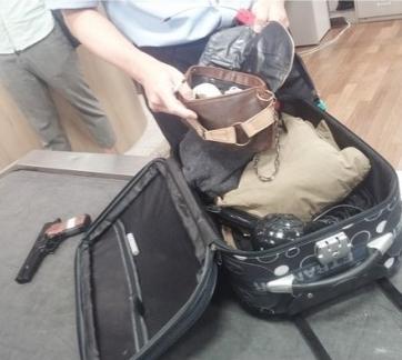 금지물품이 의심되면 승객을 찾아 짐을 열어본다. [블로그캡처]
