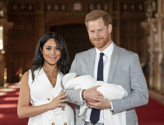 영국의 왕실 부부 메건 마클(왼쪽)과 해리 왕자(오른쪽)가 지난 8일 영국 남부의 윈저 성에 있는 세인트조지 홀에서 갓 태어난 아들과 함께 기념촬영을 하고 있다. <저작권자(c) 연합뉴스, 무단 전재-재배포 금지>
