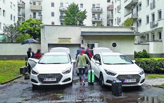 이번 유람선 침몰사고 생존자들이 30일(현지시간) 부다페스트에서 호텔로 가기 위해 차량에 오르고 있다. [연합뉴스]