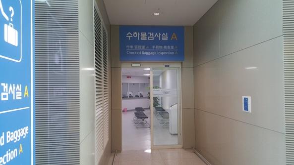 인천공항 2 여객터미널에 설치된 수하물검사실. [중앙포토]