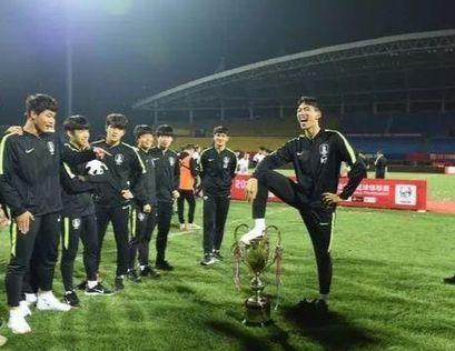 한국 U-18 축구대표팀이 판다컵 우승 트로피에 발을 올려 지탄을 받았다. [사진 웨이보]