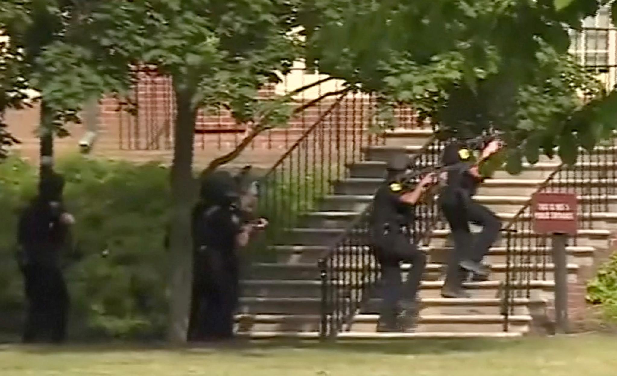 31일 오후(현지시간) 미국 버지니아주 버지니아비치 시청에서 총기 난사 사건이 발생했다. 이날 현장에 출동한 경찰들이 건물 내로 진입하고 있다. [로이터=연합뉴스]
